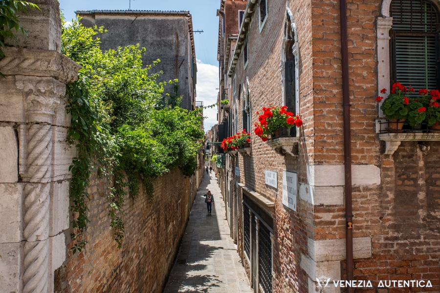 Calle racchetta in Cannaregio is just one of the hundreds allys in Venice. Venice is a pedestrian city, and as such you will have to walk, and walk, and walk. Wear comfortable shoes!