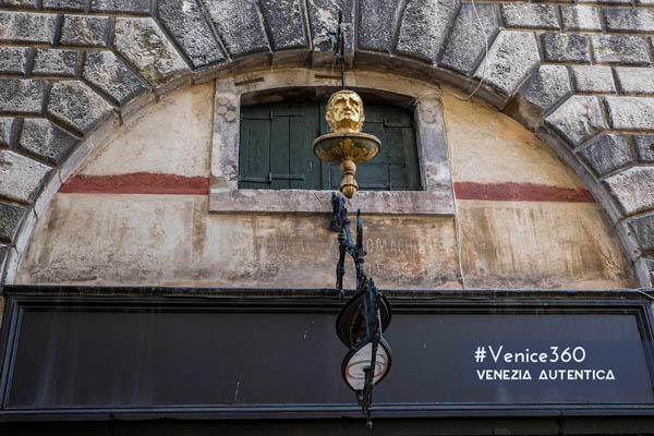 "The Rialto golden head which was meant to be seen and you didn't notice - Venezia Autentica | Discover and Support the Authentic Venice - Located 20m from the Rialto brdige, the ""Testa d'Oro"" or ""Golden Head"" is probably one of the most unseen in plain view details in Venice."