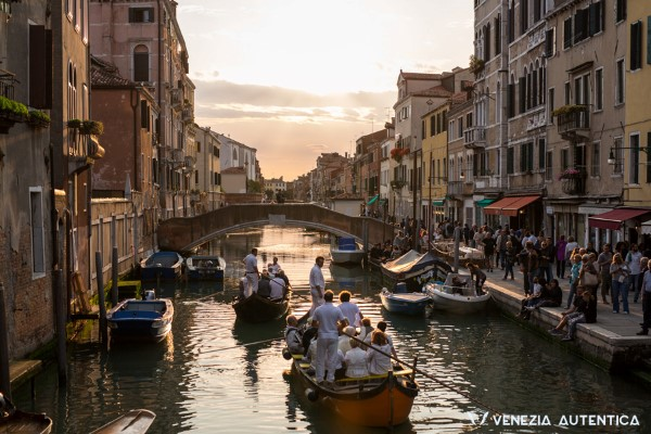 Everything about the amazing Grand Canal in Venice, Italy [ARTICLE + 360° VIDEO] - Grand Canal - Venezia Autentica | Discover and Support the Authentic Venice - There's only one legendary canal in Venice: the Grand Canal. Discover its history, find useful information about it, and admire it on a VR ride!
