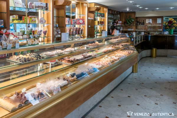 Gelateria Fontego delle Dolcezze - Venezia Autentica | Discover and Support the Authentic Venice - Great artisanal gelato in many, and extremely good, flavors, make this place a favorite of many locals.
