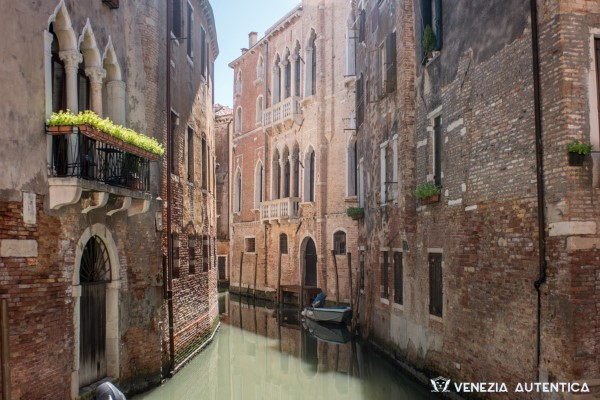 The bright light and the reflections of the water during Venice summer days lead to the invention of the first sunglasses.