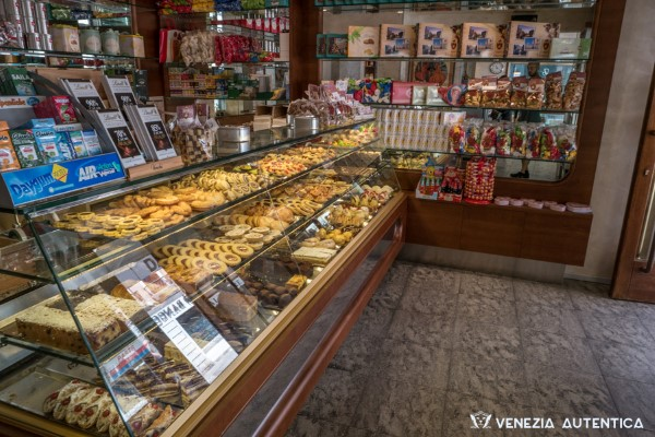 Peter's Tea House - Venezia Autentica | Discover and Support the Authentic Venice - Venice, Local Shop, Art & Decoration: The only tea house in Venice, where you can find everything you need for the making of your favourite tea