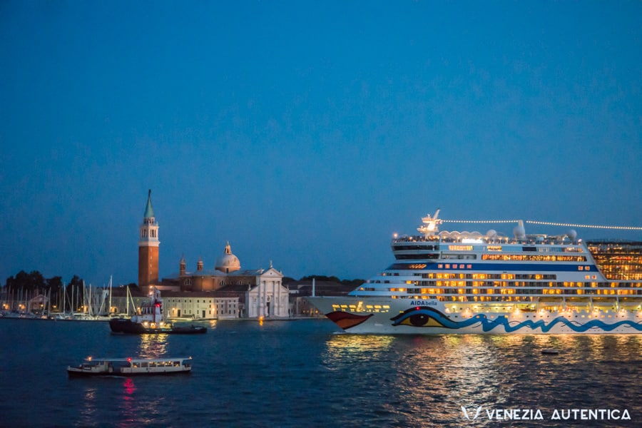 Mass tourism is in many ways an issue rather than a ressource for Venice. Big ships can bring up to 2 million visitors every year. Many will only be day-trippers.