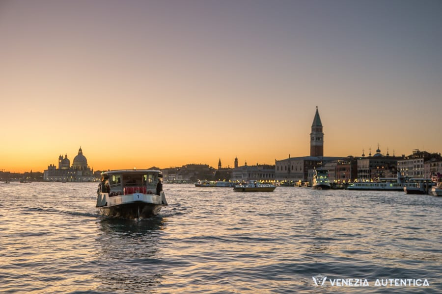 The quick guide on how to move around in Venice, Italy - Venezia Autentica | Discover and Support the Authentic Venice - Venice is the biggest pedestrian city in the world. In a city without cars which are the best ways to move around?