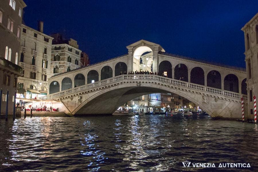 The Rialto bridge in Venice, at night