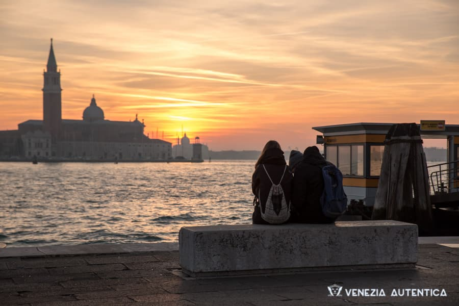 Couple chasing the sunset in Venice, Italy, Video