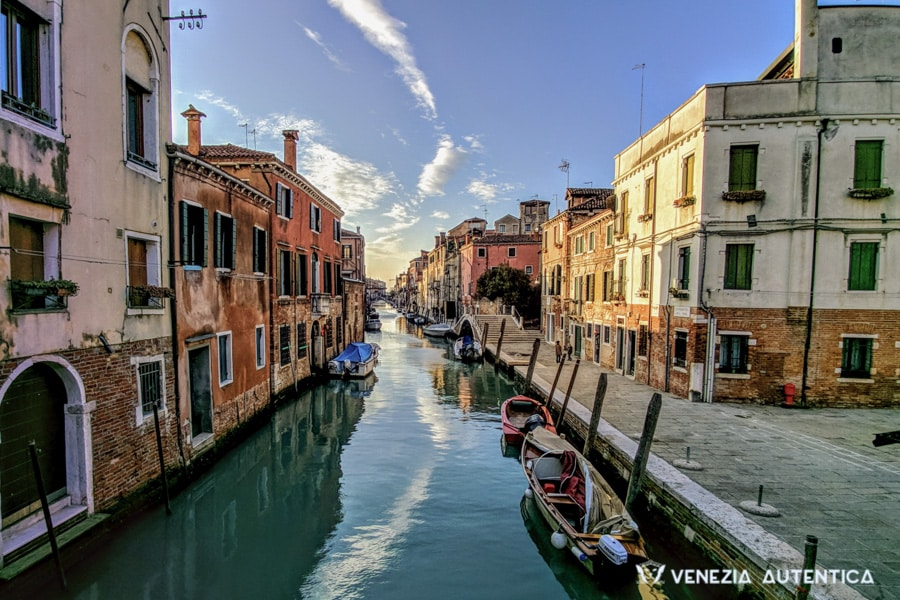 The only things you'll ever need to know to get to Venice, quick and easy - Venezia Autentica | Discover and Support the Authentic Venice - Venice with its canals, its boats, its bridges and little shops. Venice, the beautiful pedestrian only city... oh wait a minute! How do you get here?!