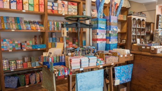 Il Pavone di Paolo Pelosin marbled paper decorations and books - Venezia Autentica | Discover and Support the Authentic Venice - The Venetian local food shop reference for high quality Italian food and delicacies