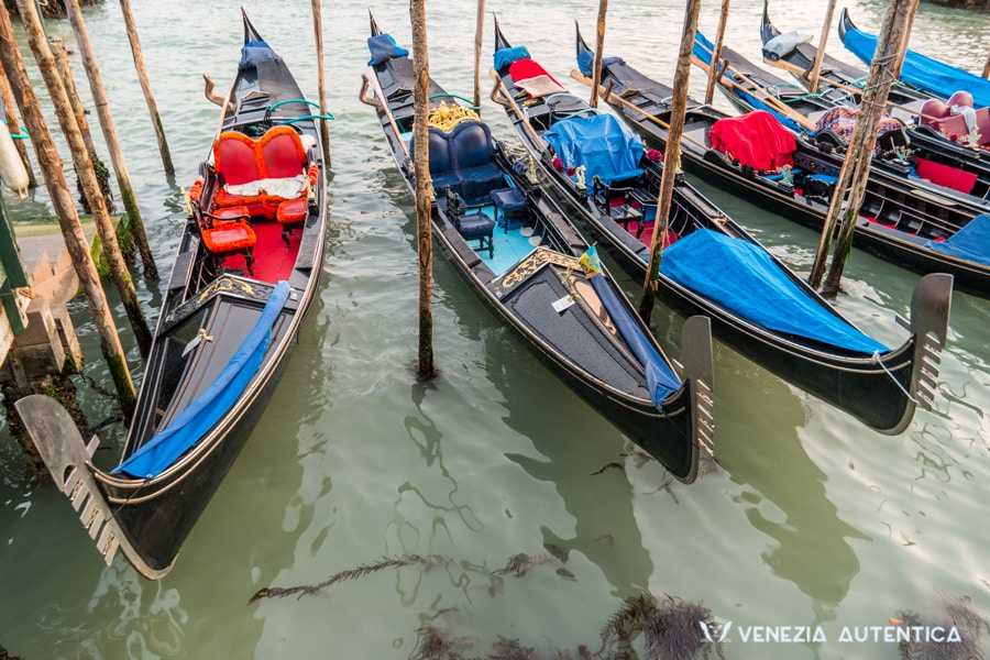 The Gondola is Venice most iconic boat. Here's everything you ever wanted to know about it. - gondola in venice - Venezia Autentica | Discover and Support the Authentic Venice - The Gondola isn't just used by gondoliers for gondola rides. This is the BEST place to learn about Venice gondola 's origins, fun facts and more