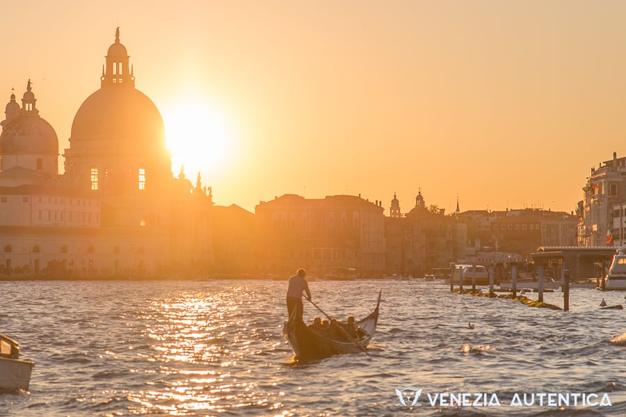 Winter in Venice is the season of sunsets. See for yourself! [VIDEO] - Venezia Autentica | Discover and Support the Authentic Venice - Shot mi-december on one of the beautiful winter evenings, this short film takes you on a slow walk around Venice in the pursuit of the sunset