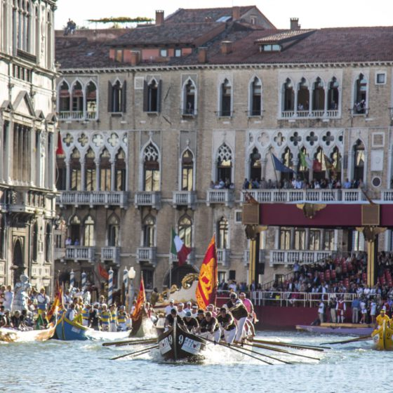 Everything you ever wanted to know about Venetian Rowing - Venetian Rowing - Venezia Autentica | Discover and Support the Authentic Venice - The Venetian rowing, or Voga Veneta, is more than gondoliers and gondola tours. Discover the fascinating world of Venice rowing and how to experience it here
