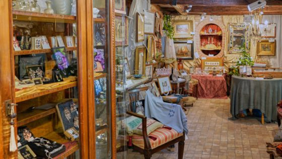 Antichita al Ghetto, Antiques Shop - Venezia Autentica | Discover and Support the Authentic Venice - Arianna's artisanal prints create unique memories of Venice while making you discover ancient techniques dating back to the time of the Serenissima.